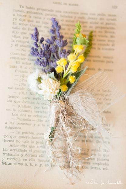 ナチュラルな野花のブートニア