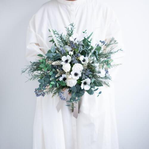 ホワイト×グリーンアネモネのクラッチブーケ_01